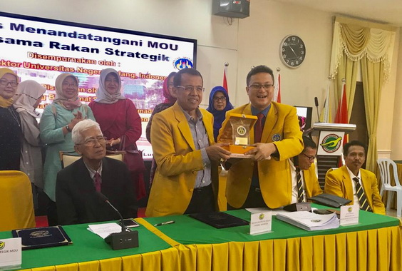 Berbagi cendera mata saat berkunjung ke Malaysia.