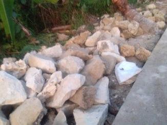 Bongkahan batu gunung yang dijadikan material pembangunan jalan desa Goissonan .