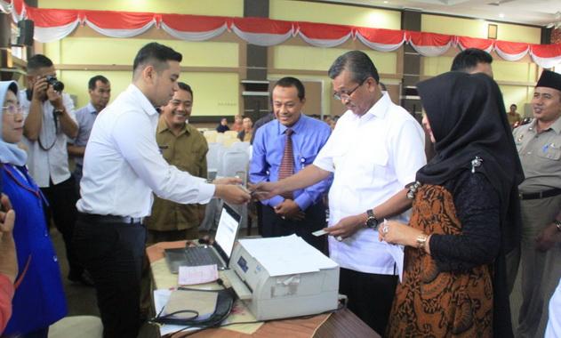 Bupati Gusmal membayar PBB secara online mellui Bank Nagari.