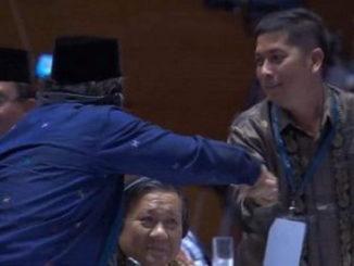 Deri Asta menerima ucapan selamat setelah sidang Unesco di Azerbaijan.