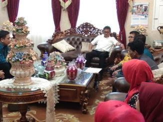 Gubernur Irwan Prayitno bersama guru PAUD Sumbar.