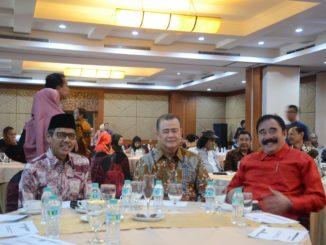 Gubernur Irwan Prayitno dan Wagub Nsrul Abit bersama perantau Minang pada Halal Bihalal di Balairung Hotel, Jakarta.