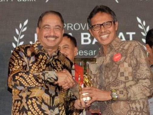 Gubernur Irwan Prayitno.saat menerima penghargaan platinum Indonesia Attractiveness Award ..