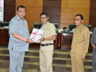 Gubernur Sumbar Irwan Prayitno menyerahkan nota penjelasan KUA PPAS Tahun 2020 kepada Ketua DPRD Sumbar Ir Hendra Irwan rahim
