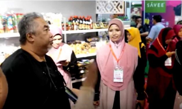 H. Rozman Abas saat mengunjungi stand GIG di Halal Indonesia Expo 2019.