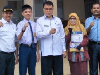 Ihsanul Fikri Alfarizel siswa kelas VIII SMP Negeri 5 Batusangkar dilepas oleh Kadis Pendidikan Tanah Datar.