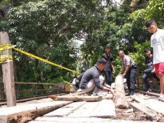 Jembatan di Sawah Sudut yang ditutup dan diberi police line.