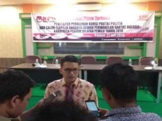 Ketua KPU Pessel Epaldi Bahar saat diwawancarai wartawan.