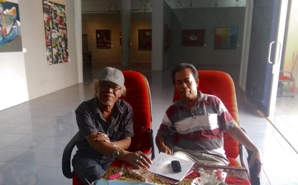 Muharyadi dan penulis saat berdiskusi tetang seni rupa do Galeri Taman Budaya Sumbar.