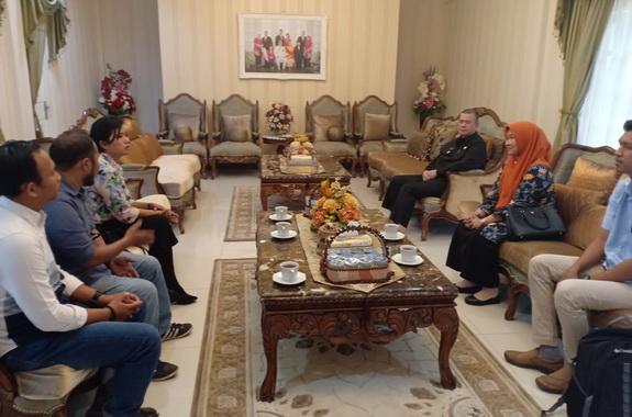 Nasrul Abit menerima audiensi kunjungan Tim WWF dan Kepala Dinas Lingkungan Hidup Provinsi di rumah dinas Raden Saleh.