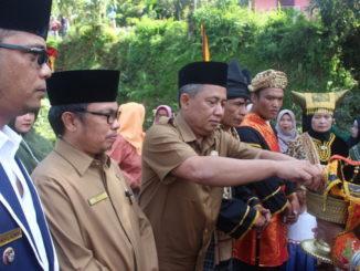 Penyambutan bupati yang diwakili Aliber Mulyadi pada pengukuhan pengurus KAN Batang Barus.