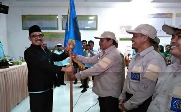 Penyerahan bendera PWI kepada Ketua PWI Cabang Tanah Datar Mustafa Akmal, SH. MH oleh Ketua PWI Sumbar H. Heranof Firdaus,