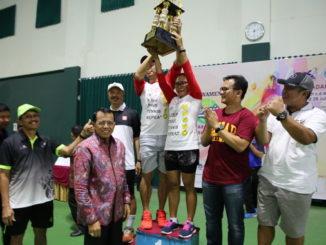 Prof Ganefri bersama para juara.