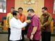 Prof Ganefri menyematkan pin kepada Rektor IPB, Dr. Arif Satria, S.P, M.Si.