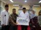 Rektor Prof Ganefri menerima bantuann bea siswa dari BSM.