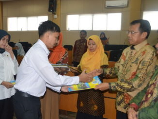 Rektor Prof Ganefri menyerahkan SK CPNS UNP.