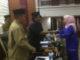 Rifa melda dari Fraksi PDI perjuangan PKB dan PBB menyerahkan pandangan Umum Fraksinya kepada pimpinan rapat.