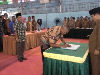 Salah seorang perwakilan PPWN tengah menandatangani berita acara pelantikan dihadapan Bupati Sijunjung, Yuswir Arifin.