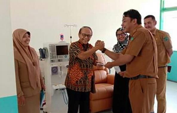 Salam kompak seusai penyerahan unit cuci darah buat RSUD Lubuk Sikaping.