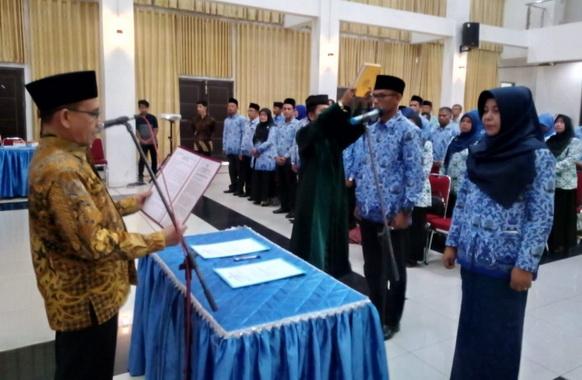 Sekdakab Jonpriadi melantik 102 Kepala SD di Kab. Padang Pariaman.