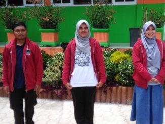 Tiga mahasiswa Unand yang KKN di Nagari Kacang.