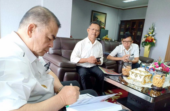 Wagub Nasrul Abit saat pertemuan dengan Tim PLN.