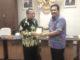 Wakil Ketua DPRD Sumbar Ir Arkadius Dt Intan Bano menerimacendra mata dari Ketua Rombongan DPRD Jabar.