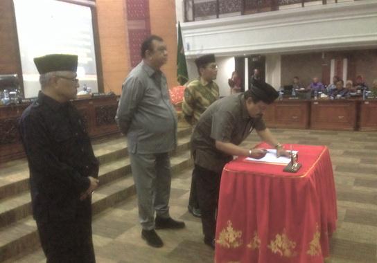 Wakil Ketua DPRD Sumbar Ir Arkadius saat menandatangani Nota Kesepakatan Bersama tentang Ranoperda Tata Cara penyelenggraan cadangan pangan.