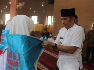 Wako Deri Asta memasangkan kacuu pada CJH Kota Sawahlunto 2019.