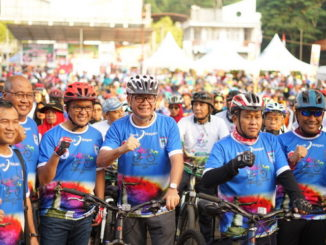 Wako Riza Falepi dan Wawako Erwin Yunaz bersama peserta Gowes Nusantara 2019.