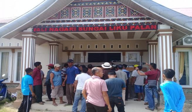 Warga Sungai Liku saat melakukan aksi di kantor Wali Nagari setempat.