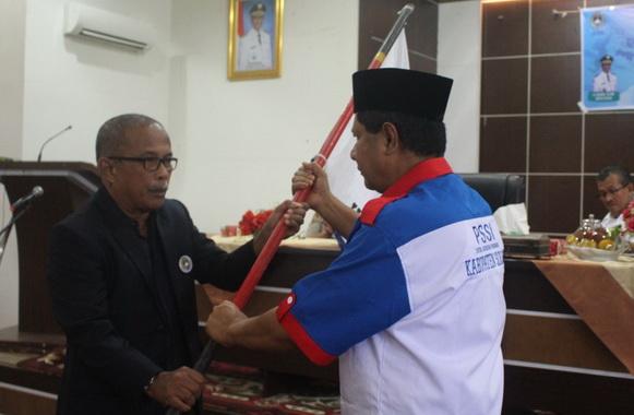 Yulfadri Nurdin menerima bendera PSSI dari Ketua Askab Sumbar.