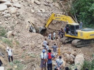 Alat berat yang tertimbun longsoran bebatuan di Tanjung Balit, Pangkalan.