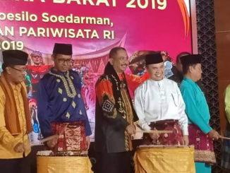 Bupati Adirozal bersama Gubernur Sumbarpada pembukaan Wonderful Event di Jakarta.