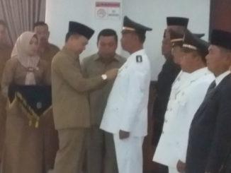 Bupati Adirozal saat memasangkan tanda pangkat kepada salah seorang pejabat yang dilantik.