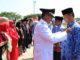 Bupati Gusmal menyematkan pin Lencana Karya Satya kepada salah seorang ASN.
