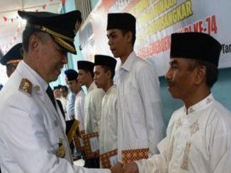 Bupati Irdinansyah Tarmizi menyerahkan Remisi kepada penghuni Rutan kelas II B Batusangkar.