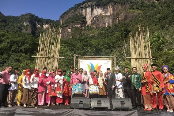 Bupati Irfendi Arbi bersama peserta Pasa Harau Art & Culture Festival.