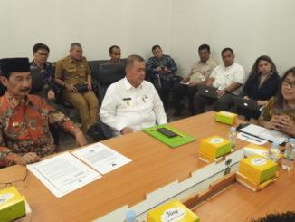 Bupati Solsel Muzni Zakaria bersama Wagub Sumbar Nasrul Abit pada rapat pembahasan masalah drd Romi.