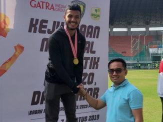 Fauma Defril saat menerim medali.