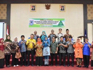 Foto bersama dengan Tim Penilai Tingkat Sumbar usai penilaian Seokolah Sehat di Payakumbuh.
