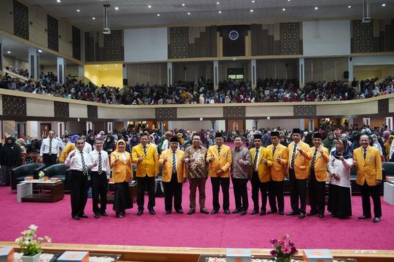 Foto bersama usai kuliah umum yang mengangkat tema Membangun Karir Akademik dalam dan luar Negeri di Era Revolusi Industri 4.0.