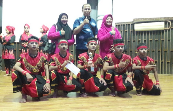Grup tari SMP 1 Payakumbuh Kabupaten Limapuluh Kota yang akan mewakili Sumbar ke tingkat Nasional pada ajang FLS2N.