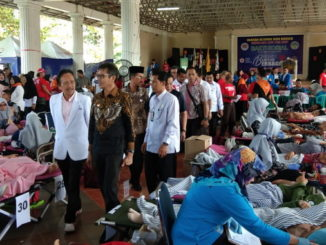 Gubernur Irwan Prayitno saat meninjau pelaksanaan donor darah di FBS UNP.