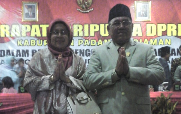 Happy Naldi bersama istri.