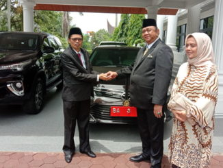 Ir Hendra Irwan Rahim Menyerahkan Mobil Dinas Ke Sekwan DPRD Sumbar.