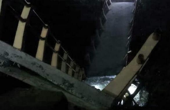 Jembatan di Koto Panjang yang ambruk.