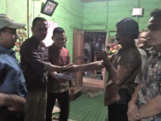 Ketua DPP IKBS Jufrizal menyerahkan Bantuan kepada Warga Sibarambang yang terkana Musibah Kabakaran di Sungai Rumbai Kab Dharmas Raya.