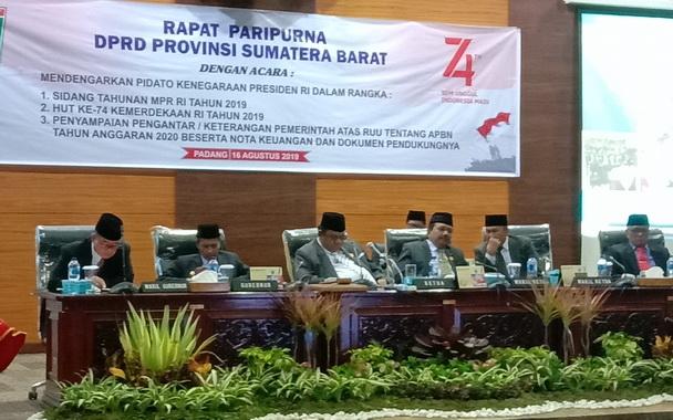 Ketua DPRD Sumbar Ir Hendra Irwan Rahim saat memimpin Rapat Paripurna yang juga dihadiri Gubernur Sumbar Irwan Prayitno