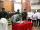 Ketua DPRD Sumbar Ir Hendra Irwan Rahim saat menanda tangani nota kesepakatan tentang pendirian PT Sijunjung Sumbar Energi
